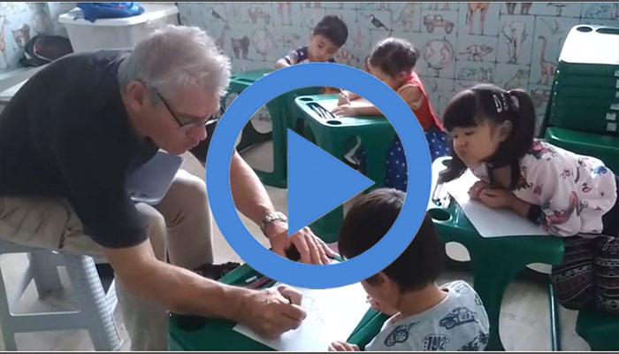 เด็กๆคลาสอนุบาล กับ T.Hendrik ที่ Guru English School