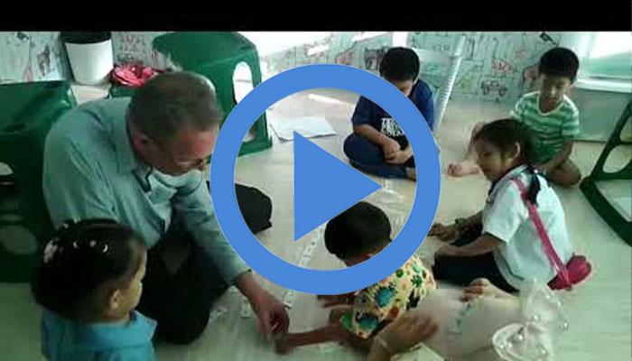 เด็กๆคลาสอนุบาล กับ T.Greg ที่ Guru English School หลังเลิกเรียนจากโรงเรียน
